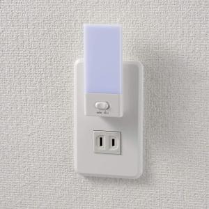 ELPA エルパ LEDセンサー付ライト 明暗センサー 電球色/白色切替可能 コンセントに差すだけ ...