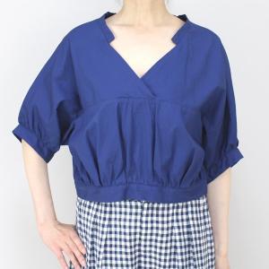 アコーレ ブルー半袖スキッパーショート丈ブラウス|femme