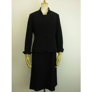 商品説明 緩めのウェーブがかった襟元が女性らしいジャケット。ワンピースはフロントジッパーで着脱のしや...
