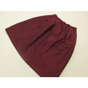 商品説明 見る角度で色の違いを感じる玉虫色のスカートで、ギャザーによるふわりとした丸みが可愛い商品で...