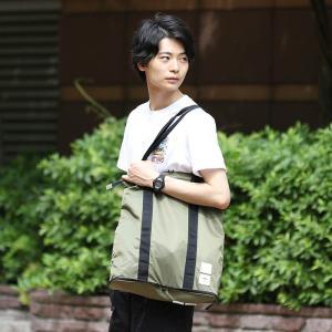 畳むとポケットに収まるほど小さくなるが、必需品の携帯には十分な大きさのバッグ。 頑丈な軽いツイル生地...