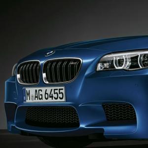 BMW M5(F10)に装着の純正フロントグリルエンブレムです。 安心高品質の純正品です。  本品は...