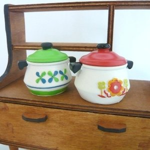 懐かしかわいい昭和レトロ風、だけどポップでキュートな昔のホーロー風の鍋をイメージした、レトロ鍋小物入...