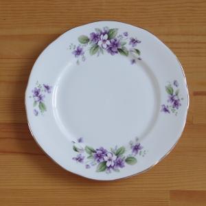 イギリスの陶磁器メーカー Duchess のデザートプレートです。  Tivoli というシリーズの...