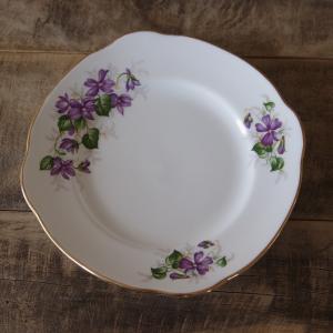 イギリスの陶磁器メーカー Duchess のデザートプレートです。  丸みのある四角い形で、大小の菫...
