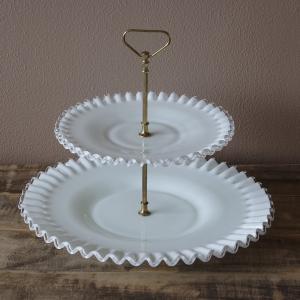 アメリカのガラスメーカー フェントンの2段皿です。  大きさの異なる2枚のプレートが、真鍮と思われる...