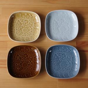波佐見焼の中皿です。  丸みのある四角い形で、地の陶器にボタニカル柄のレリーフが入っています。 釉薬...