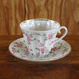 ロシア Imperial Porcelain のカップ&ソーサーです。  踊るようなピンク色の花の絵...