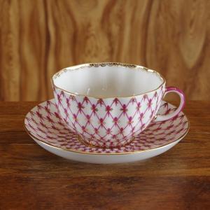 ロシア Imperial Porcelain のティーカップ&ソーサーです。  ピンク色の網目に重ね...