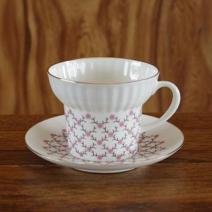 ロシア Imperial Porcelain のデミタスカップ&ソーサーです。  小さなピンク色の花...