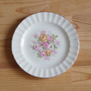 アメリカの陶磁器メーカー Edwin M. Knowles のデザートプレートです。  淡いクリーム...