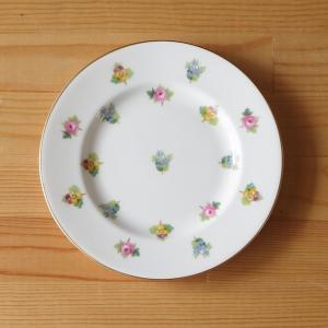 イギリスの陶磁器メーカー Minton のケーキプレートです。  全体に、小さな薔薇やパンジー、勿忘...