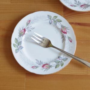 イギリスの陶磁器メーカー Paragon のデザートプレートです。  Bridal Rose という...