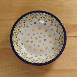 ポーランド陶器のスーププレートです。  黄色やオレンジ、ブルーの花柄が散らされた明るいデザインです。...