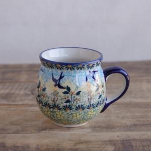 ポーランド陶器のマグカップです。  花畑を飛ぶつばめが描かれています。 使われている絵柄の種類が多く...