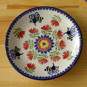 ポーランド製のプレートです。  みつばち柄と赤い花柄がちょっとレトロでかわいいプレートです。 やや小...