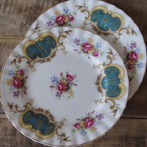 イギリスの陶磁器メーカー Royal Albert(ロイヤルアルバート)の 中皿2枚セットです。  ...