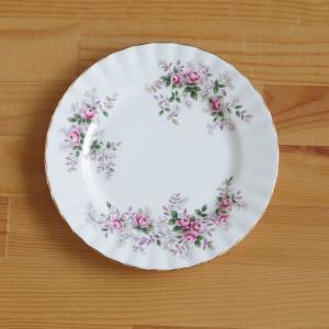 イギリスの陶器メーカー Royal Albert の中皿です。  Lavender Rose という...