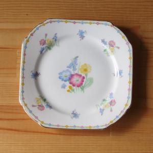 イギリスの陶器メーカー Shelley のプレートです。  角を丸めた四角い形のプレートで、ゴールド...