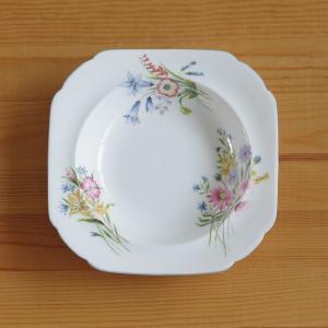 イギリスの陶磁器メーカー Shelley のプレートです。 やや深さがありますが、小さめのお皿で、デ...