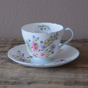 イギリスの陶磁器メーカー Shelley のカップ&ソーサーです。  Wild Flowers とい...