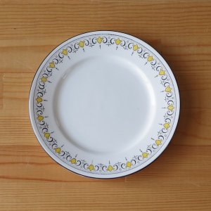 イギリスの陶器メーカー Shelley のデザートプレートです。  リム部分に、黄色い百合のような模...