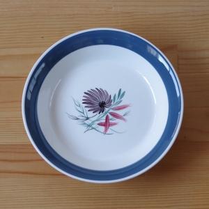 スージークーパーのスーププレートです。  Blue Dahlia というシリーズのものです。 ダリア...