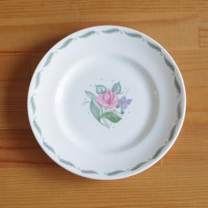 スージークーパーのデザートプレートです。  フレグランスというシリーズのもので、ピンクのバラと紫の小...