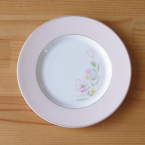 スージークーパーのデザートプレートです。  ピンクや黄色の花の絵柄が入った優しい雰囲気のデザインです...