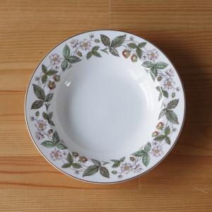 イギリスの陶磁器メーカー Wedgwood(ウェッジウッド)のスーププレートです。  Strawbe...