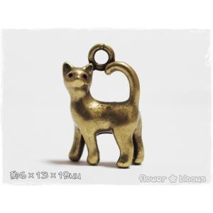 チャーム 振り向きネコ 真鍮古美 6mm×13mm×19mm