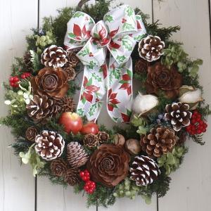 ナチュラルクリスマスを演出するのにぴったりの上質なクリスマスリースです。色も形も様々な木の実が集まっ...