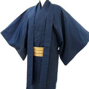 商品説明   褪せた感じの濃紺地に亀甲風柄。 大島調の薄手のメンズ紬着物と羽織のアンサンブルです。 ...