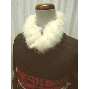 毛並みふわふわのラビットファー襟巻きです。 小ぶりでカジュアルにつけられるサイズです。 ボタンとゴム...