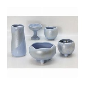 色:スカイブルー サイズ:径9cm 陶器の可愛らしい五具足セットです。◇五具足:香炉(お線香立)・花...