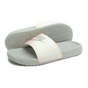 ★テクスチャード加工のインソールが足裏の快適性を提供。合成皮革の一体型ストラップにより快適な履き心地...
