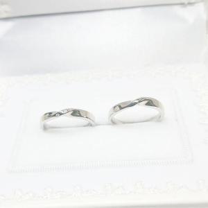 ■2本1組の価格です。 (純白ブライダルケース付き)  穏やかに日々を重ねるふたりのための結婚指輪で...