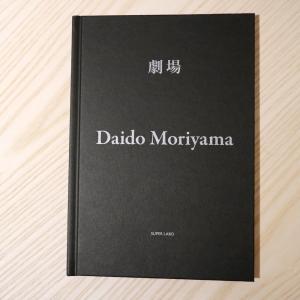 名作「写真よさようなら」を発表後、スランプに陥りながらも新宿などの繁華街を毎日歩き続け、撮影していた...