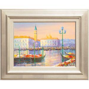 ヴェネツィアの大動脈である大運河に並ぶゴンドラが美しい一枚。  川の両岸には歴史的建造物が並ぶヴェネ...