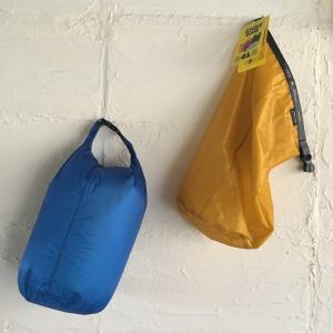 薄手の高密度リップストップナイロン(コーデュラ)製のスタッフバッグです。 山登りなどアウトドアで活躍...