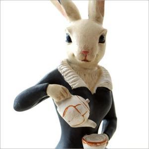 不思議の国にいるようなウサギのメイドさん  大きな目が可愛い白ウサギのメイドさんが 優しくコーヒーを...