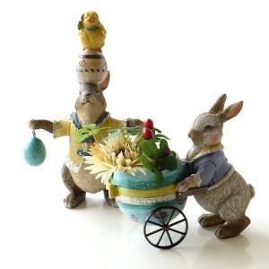 イースターに飾りたい 2匹のうさぎの置物は 曲芸のうさぎさんと たまご型の車を引くうさぎ  アクセサ...