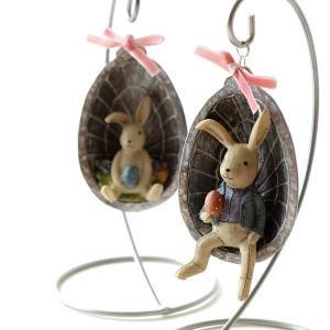 可愛いたまごを持った2匹のうさぎ ゆらゆら揺れるハンギングの置物です  イースターに飾りたい置物は ...