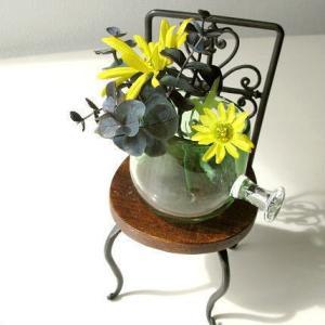 アイアンと木の小さな椅子は レトロな感じがとても可愛くてお洒落です  そのままインテリアで飾ったり ...