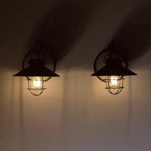 古き良き時代のヨーロッパを思わせる ランタン風のシェード ソーラー充電で光る LED ライトは まる...