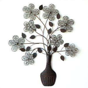 伸びやかで動きのある アイアンの壁飾り  花のモチーフ、一つ一つに コイルのような模様をつけた 手の...