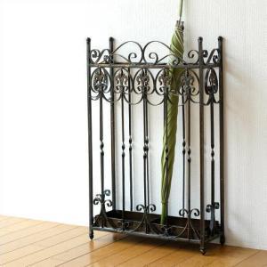 石畳のヨーロッパにあるような アイアンのフェンスが そのまま傘たてになったデザイン 年代を表現したペ...