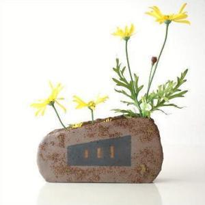 2枚の陶板には それぞれ、違う絵柄があり 仕切りの付いた花入れが挿しやすく 短く切った花を生けたり ...