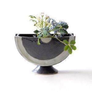 とてもモダンな花瓶です 花入れ口は2箇所、陶器の棒で仕切ってあり 中央に丸い筒があります 花や葉など...