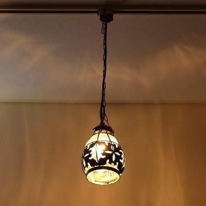 フィリピン製の手吹きガラスのランプです  アイアンを先に形作り その中に、ガラスを吹いてランプが出来...